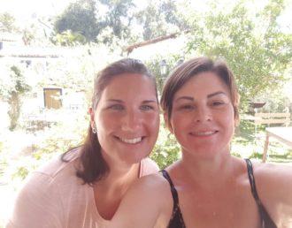Emilie com sua mãe anfitriã, Renata
